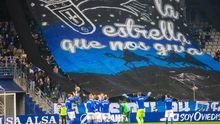 Los jugadores del Real Oviedo saludan a la afición, con el tifo del Fondo Norte desplegado