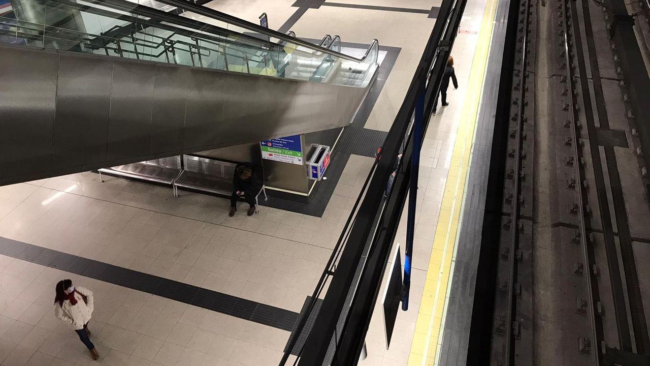 Así amaneció Madrid: calles vacías y reparto de mascarillas en numerosas estaciones.Pedro Sánchez llegando al Congreso