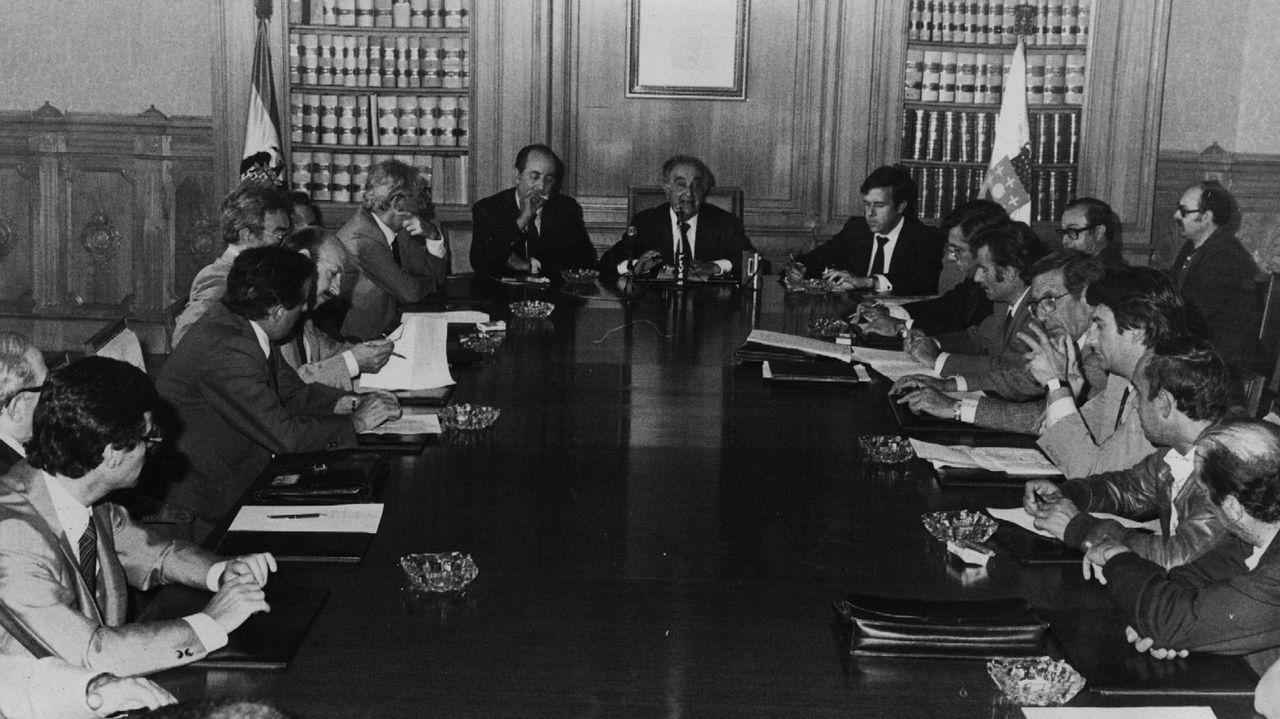 Reunión de representantes de diferentes partidos para abordar a redacción do Estatuto de Autonomía