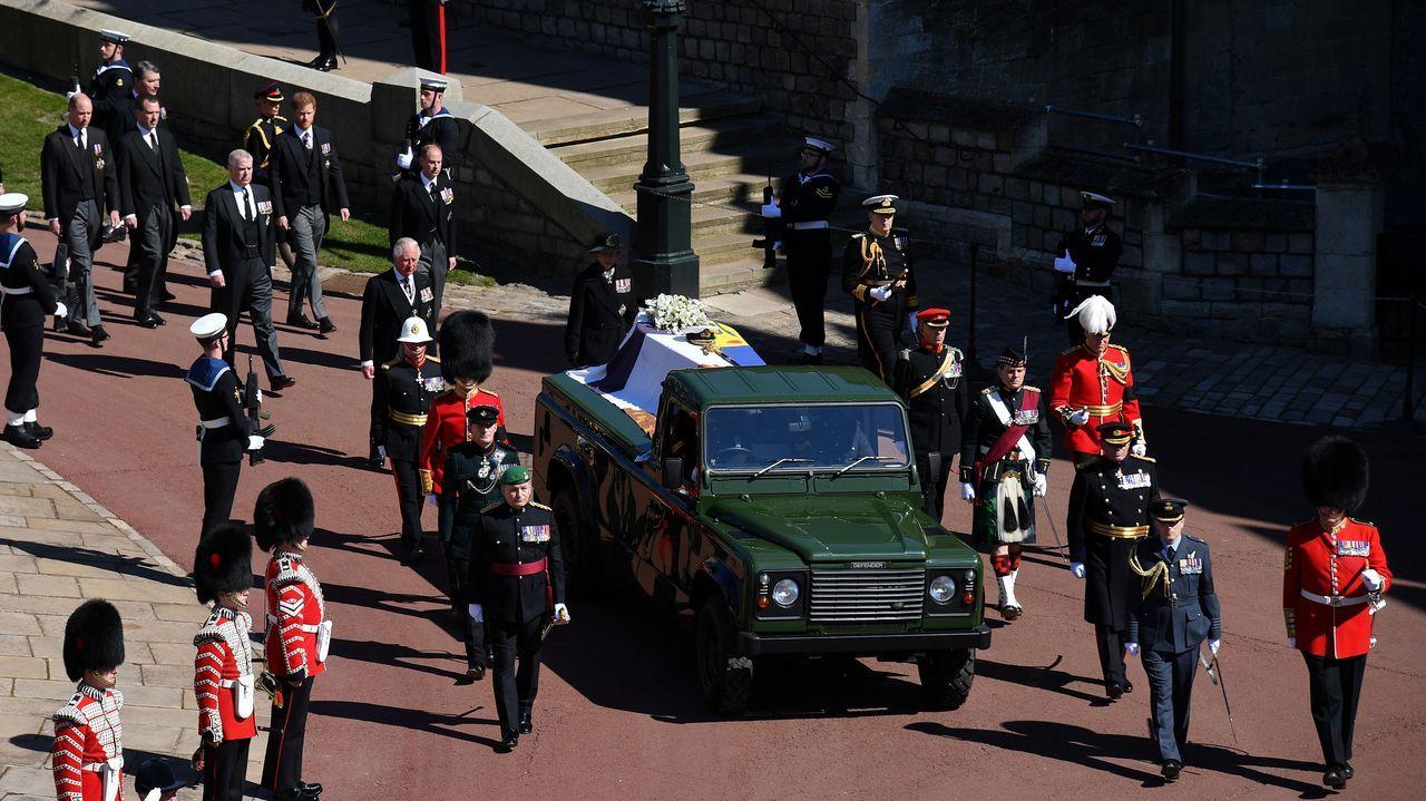 Miembros de la familia real británica caminan detrás del coche que porta el féretro del duque de Edimburgo, fallecido a los 99 años