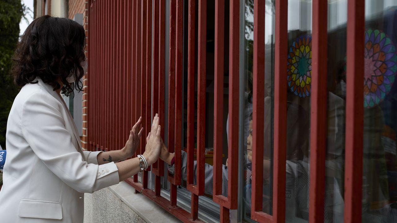 Ángel Gabilondo:«No lo he logrado. Y lo lamento».La presidenta de la Comunidad de Madrid y candidata del PP a la reelección, Isabel Díaz Ayuso, le da la mano a una niña del Colegio concertado Padre Manyanet