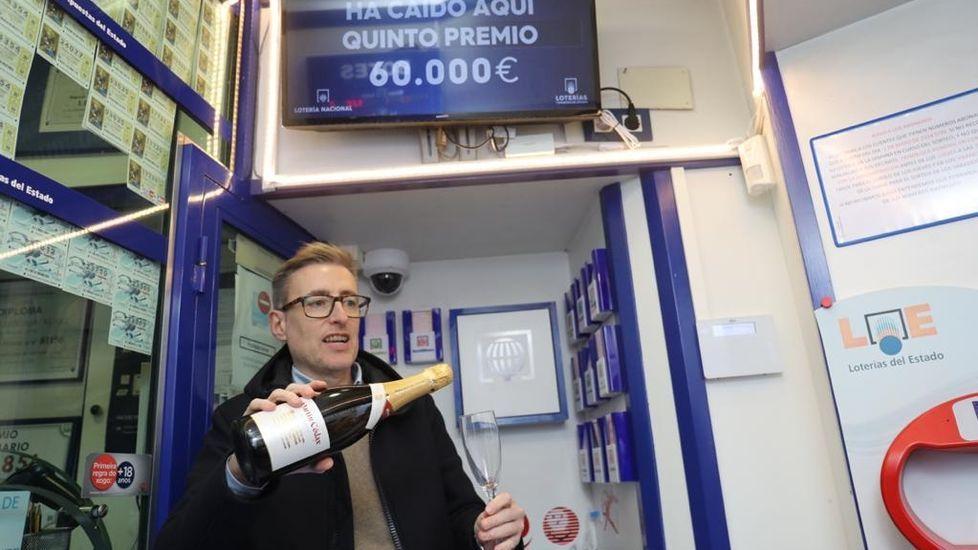 Administración de Porta Faxeira, en Santiago. José Luis Tojo brinda porque ha vendido un pellizquito del quinto premio, 81610