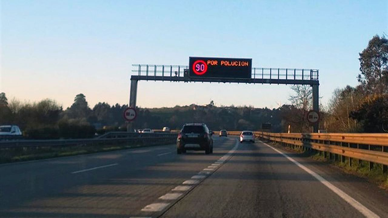 La crudeza del fuego asturiano en imágenes.Los panales de las autovías y autopistas del área central de Asturias informan de la limitación a 90 kilómetros por hora de la velocidad por polución