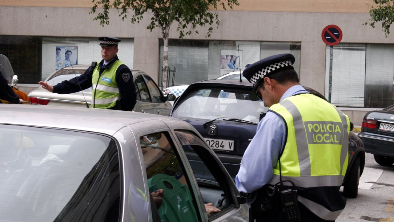 La Policía Local de Santiago durante uno de los controles de tráfico que cada día despliega para vigilar el cumplimiento del estado de alarma