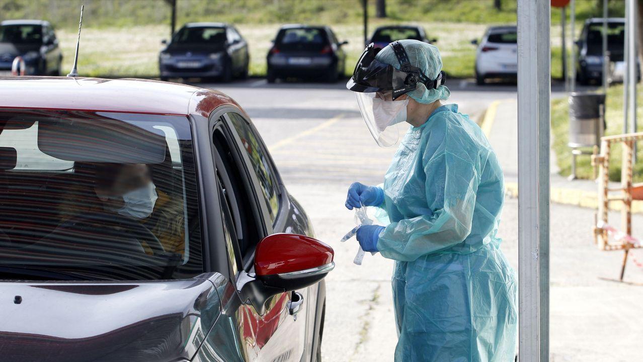 Alejandro, de DomusVi Monforte, regresa a la residencia tras superar el coronavirus.Puesto para la toma de muestras a pacientes sospechosos de coronavirus, situado en el aparcamiento del hospital