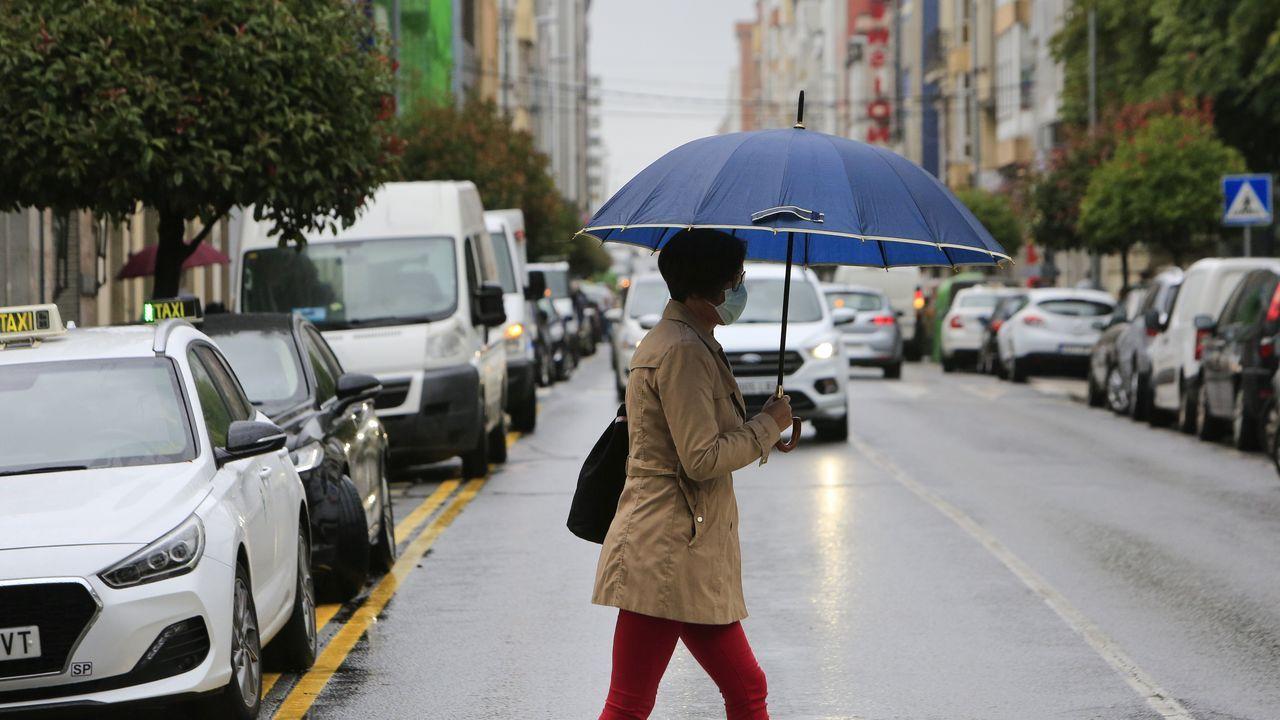Una mujer, cruzando la céntrica Rúa da Pravia en días pasados