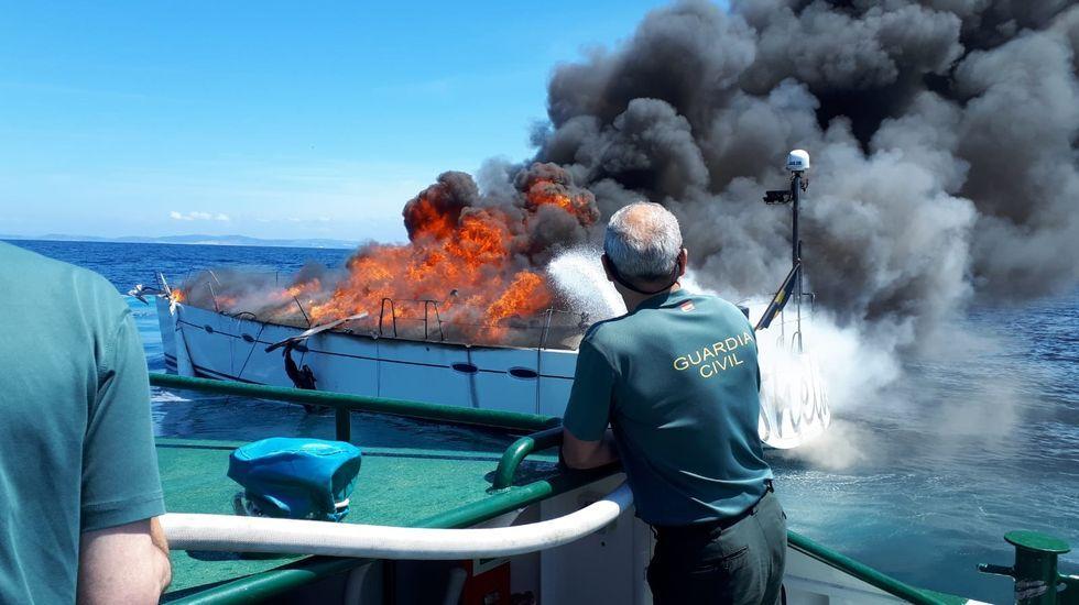 Incendio y extinción de un barco de recreo en Malpica.Toma de posesión de José Crespo