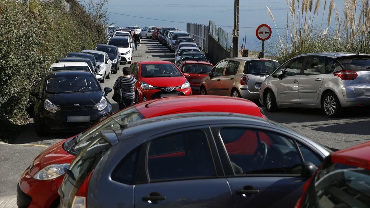 El entorno de los hospitales coruñeses se llena de coches mal aparcados.NUEVA CUBIERTA EN LA ESTACION DE TREN SAN CRISTOBAL