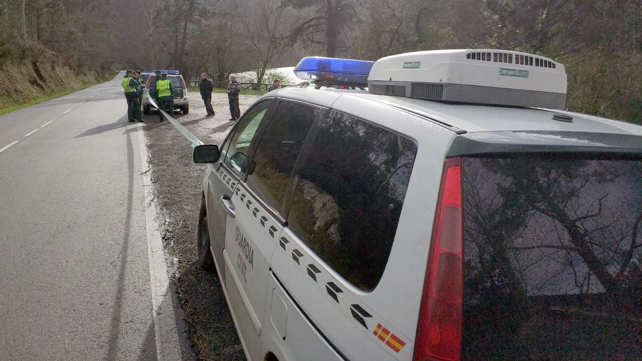 La Guardia Civil, en el punto en el apareció el cadáver en el embalse de Arbón.La Guardia Civil, en el punto en el apareció el cadáver en el embalse de Arbón