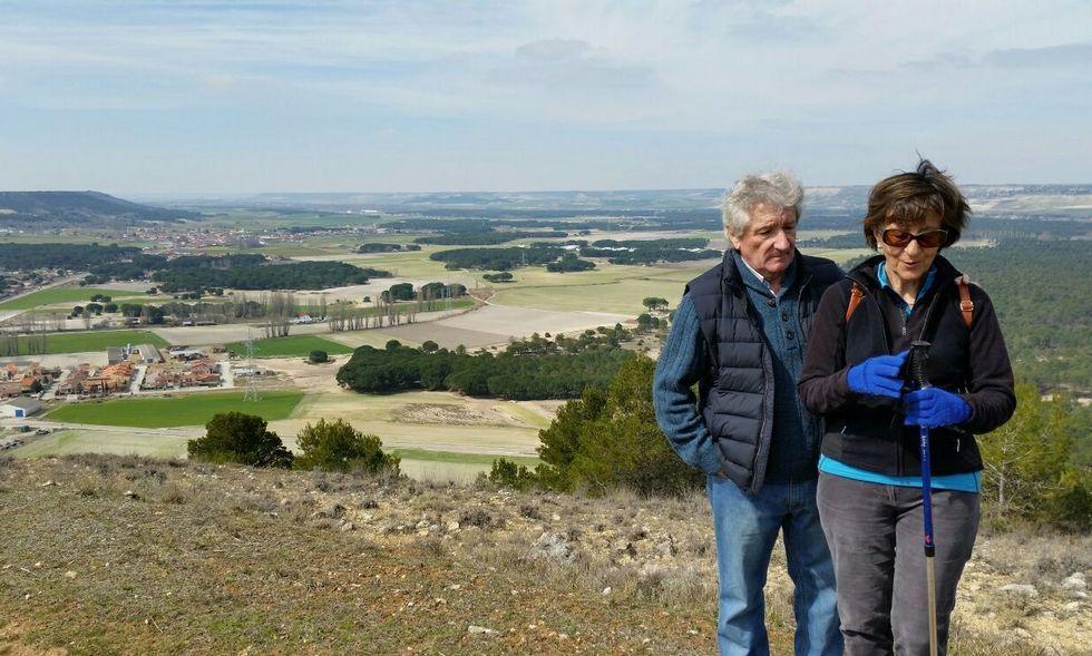 Pedro Sánchez presenta a sus ministrables.Celso Almuiña con su mujer, la profesora Elena Sánchez, con el paisaje castellano de fondo