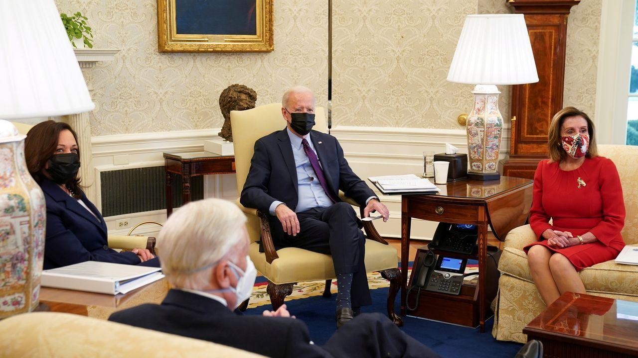 Biden, acompañado de Kamala Harris y Nancy Pelosi, en el despacho oval