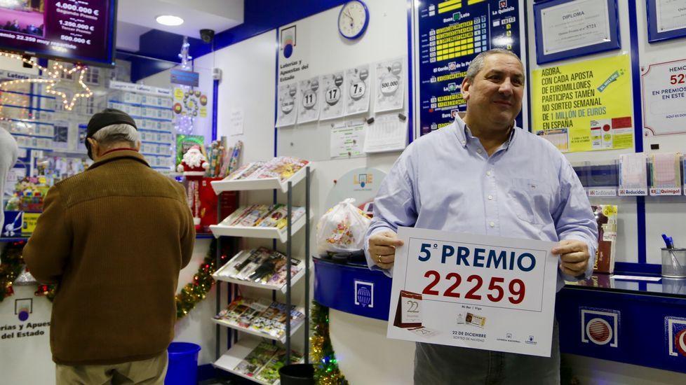 Alejandro González , dueño del kiosko Mibar de Vigo, donde tocó un quinto premio