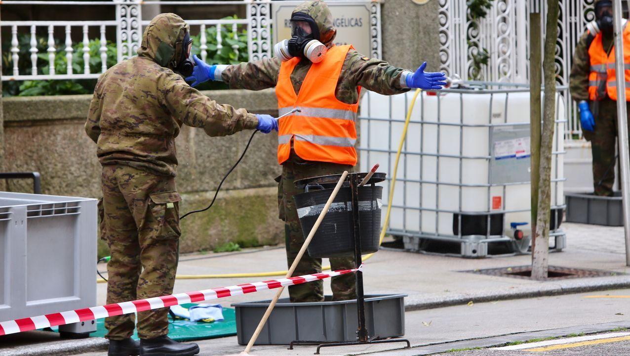 El militar que está siendo descontaminado no toca la vía pública con sus botas