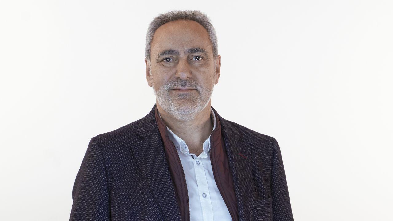 José Manuel Cores Tourís, número 8 del PP por Pontevedra. Nacido en 1958 en Oubiña-Cambados, desarrolló su actividad profesional en la dirección y gestión de cooperativas agrícolas y como vicepresidente del Consejo Regulador de la Denominación de Origen Rías Baixas.  En 1987 fue nombrado teniente de alcalde del Ayuntamiento de Cambados y en 1998 se convirtió en alcalde de esta ciudad, cargo que ocupó hasta el 2009 cuando fue nombrado delegado territorial de la Xunta en Pontevedra. También fue senador por Pontevedra en varias legislaturas. En marzo de 2016 fue elegido secretario general del Partido Popular de Pontevedra.