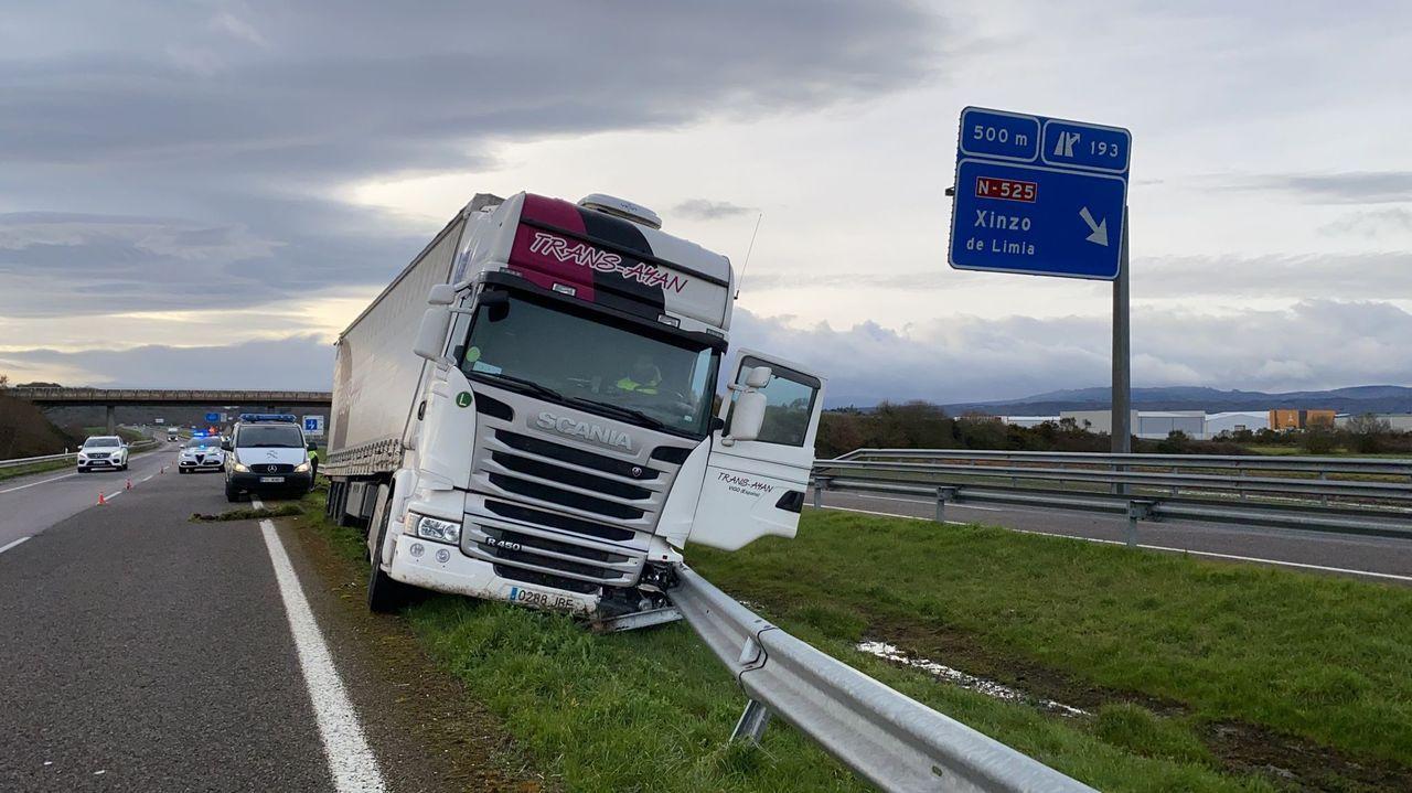 Camioneros gallegos sobre el mal estado de la autovía A-6.trabajos para reparar el socavón en Frieira