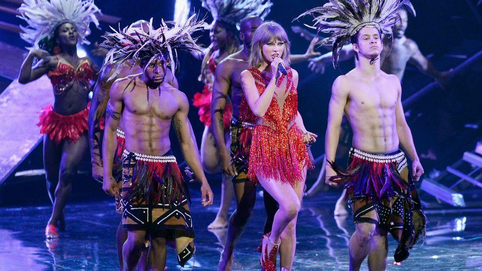 Taylor Swift durante la actuación de «Bad Blood»