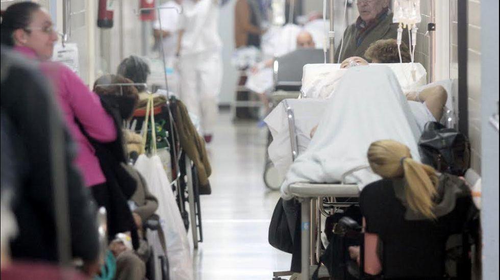 Varios universitarios antes de examinarse para obtener una plaza de médico residente
