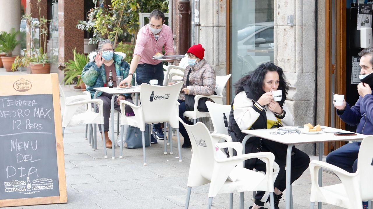 Con los preparativos a medio camino, los bares reabren en Vigo