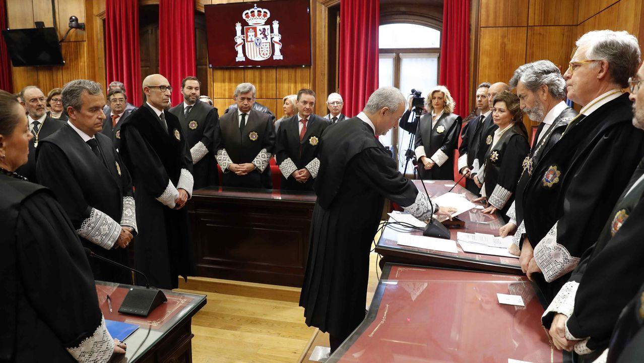 El presidente del Tribunal Supremo (TS) y del Consejo General del Poder Judicial (CGPJ), Carlos Lesmes (2d) preside este viernes en Oviedo la toma de posesión del nuevo presidente del Tribunal Superior de Justicia de Asturias (TSJA), Jesús María Chamorro González (c)