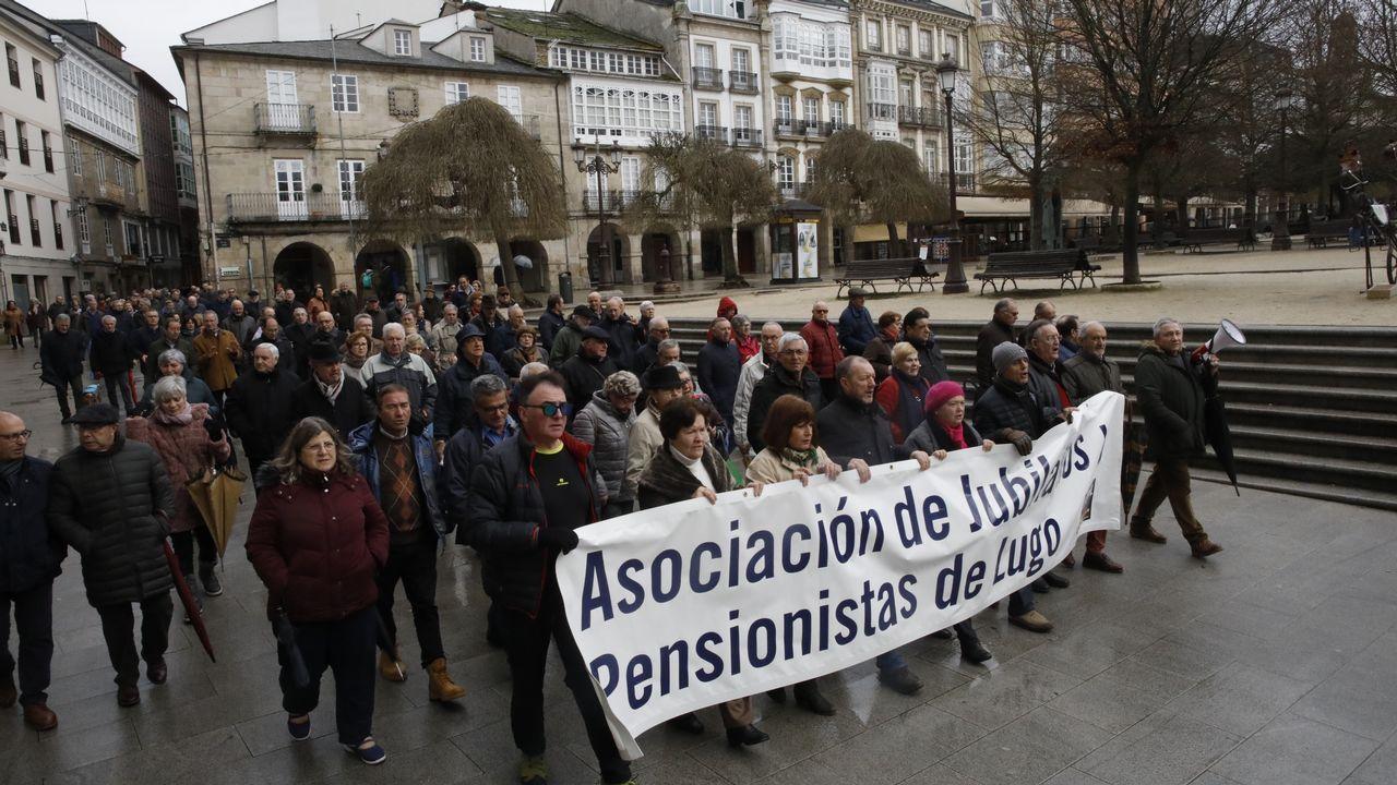 Diputados opositores sostienen carteles que dicen «Lula libre», durante la apertura de la nueva legislatura en Brasilia