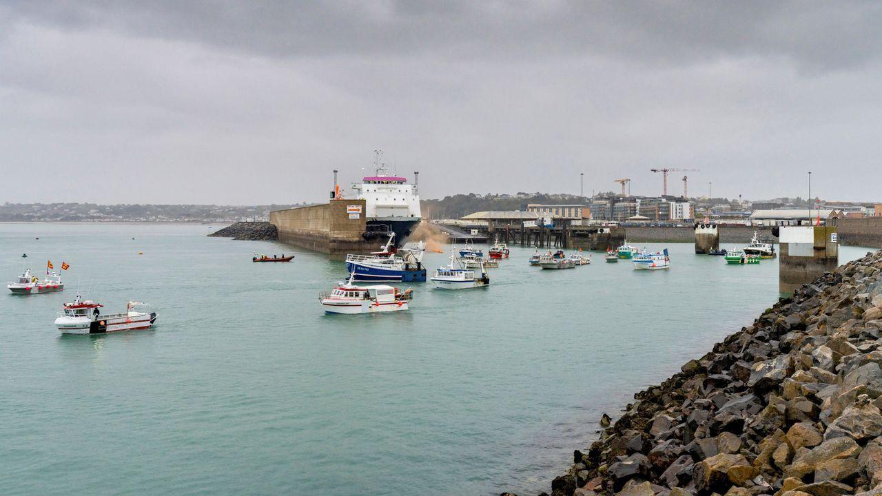 Decenas de pesqueros franceses se concentran este jueves en el puerto de Saint Helier, en Jersey, bloqueándolo. Francia y Reino Unido han enviado cuatro patrulleras militares a esa zona del Canal de la Mancha