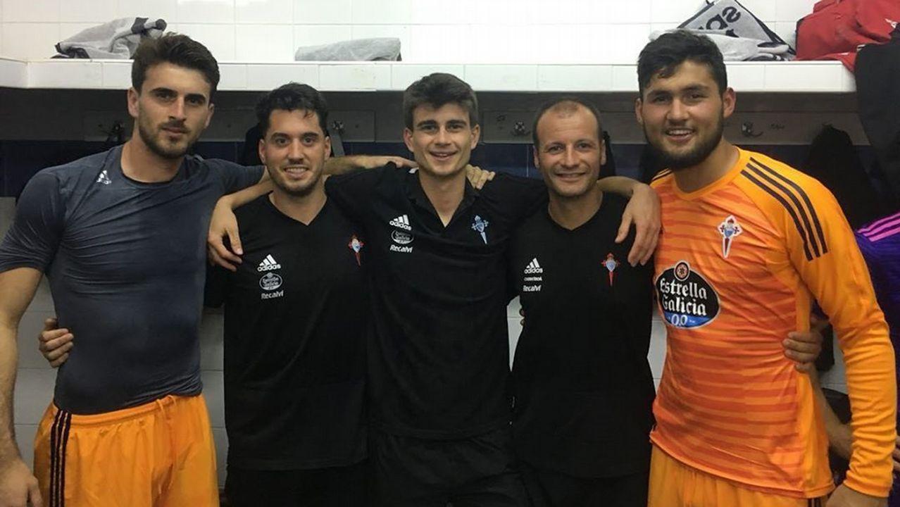Vázquez, en el centro de la imagen, con sus compañeros Iván Villar y Fran Vieites