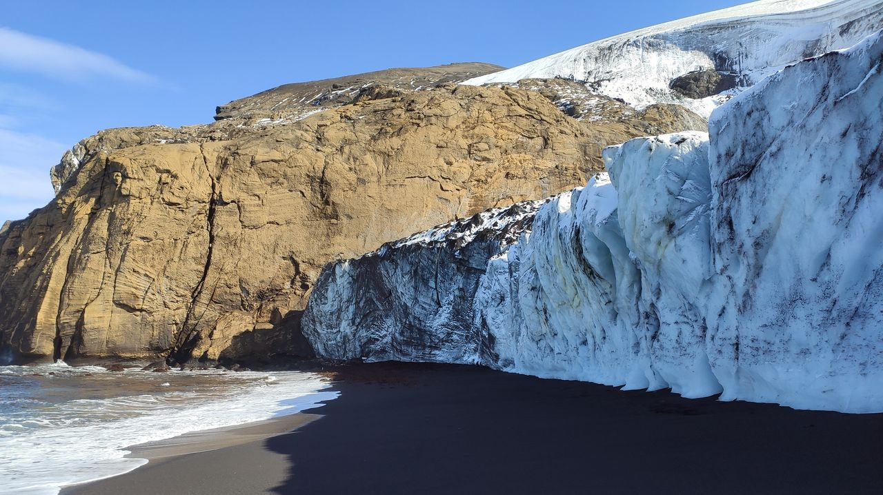 Arena, ceniza e hielo: un enorme glaciar a pie de playa