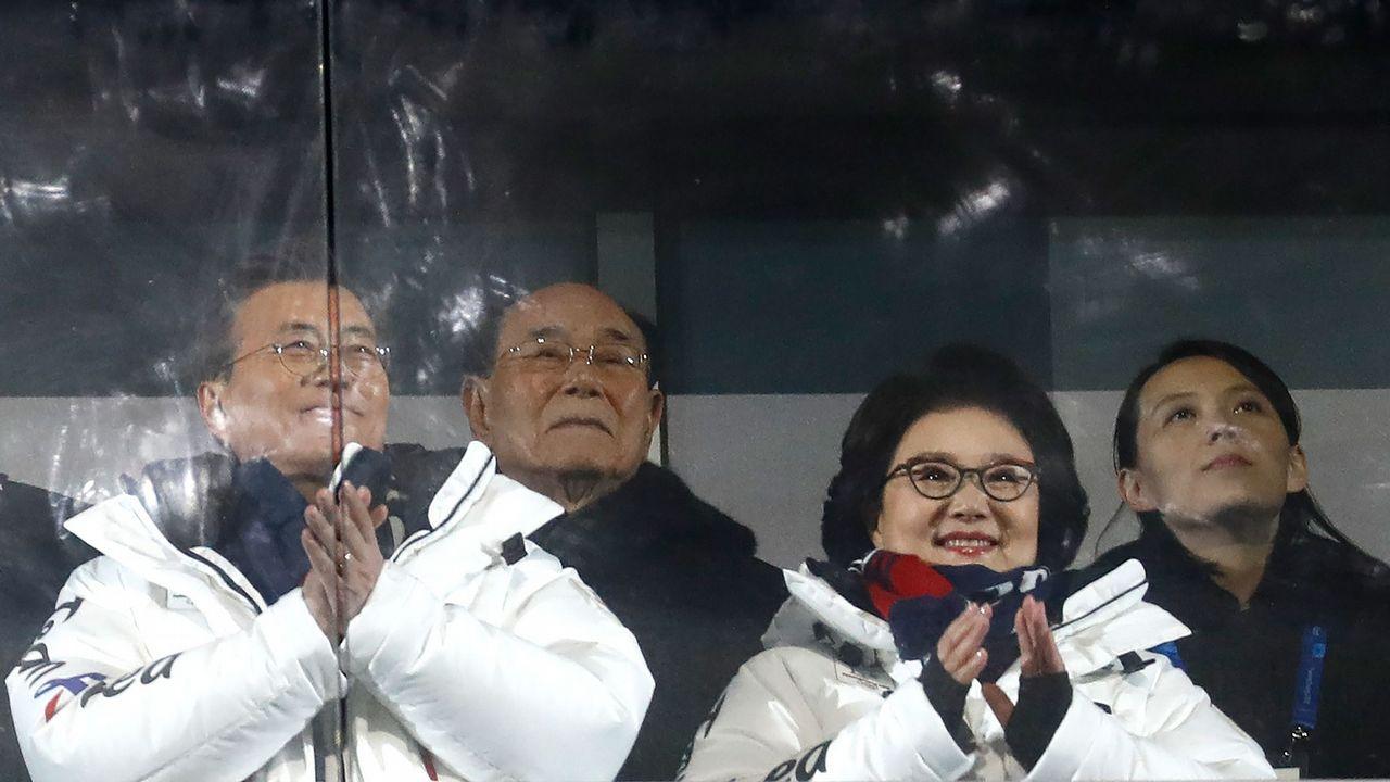 Ceremonia inauguración Juegos Olímpicos de Invierno 2018.El protocolo sentó a los dirigentes norcoreanos muy cerca del estadounidense Pence y el japonés Abe en el palco del estadio