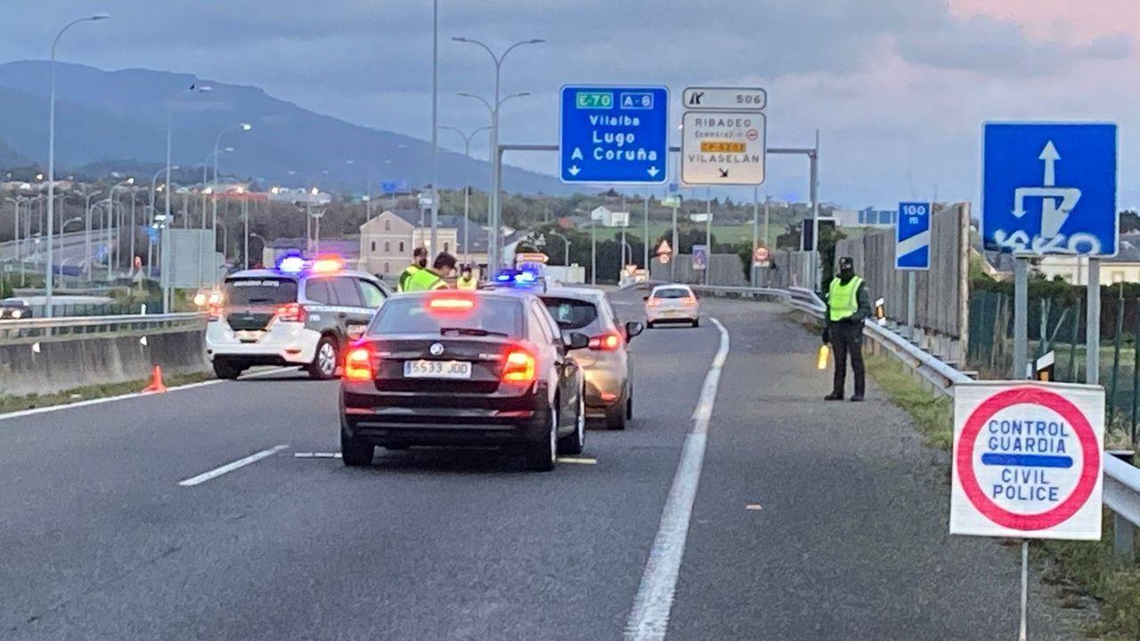 Desde la pasada medianoche se recupera la movilidad entre Galicia y Asturias, con lo cual en el puente de Los Santos no habrá más controles por el cierre perimetral, como este, en una foto de archivo