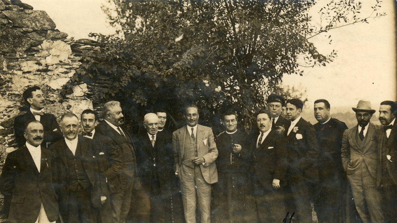 Asistentes a unha comida celebrada na casa reitoral de Sancovade nos anos vinte do século pasado