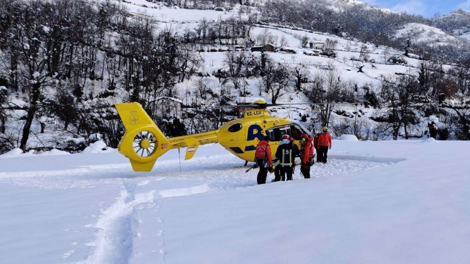 La Guardia Civil busca a un operario sepultado por un alud de nieve.Dispositivo de rescate del trabajador arrastrado por un alud en Aller
