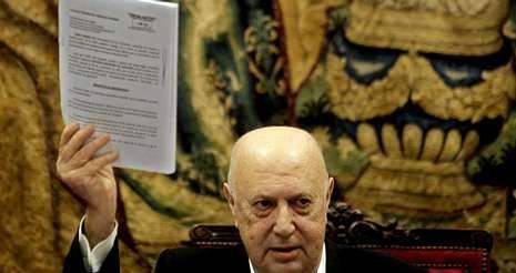 Ferrín, ayer, en la sede de la Real Academia Galega, con el texto del recurso contra el decreto de la Xunta.
