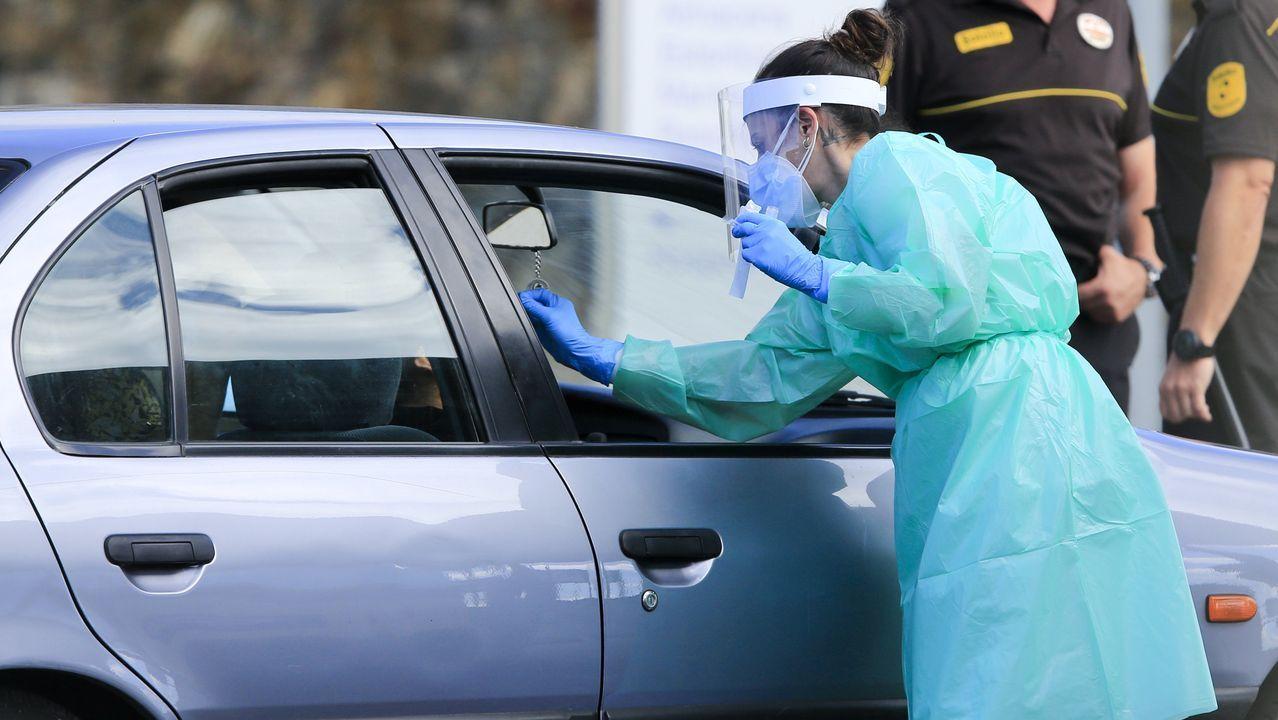 Personal sanitario hace pruenas PCR en el hospital de Lugo