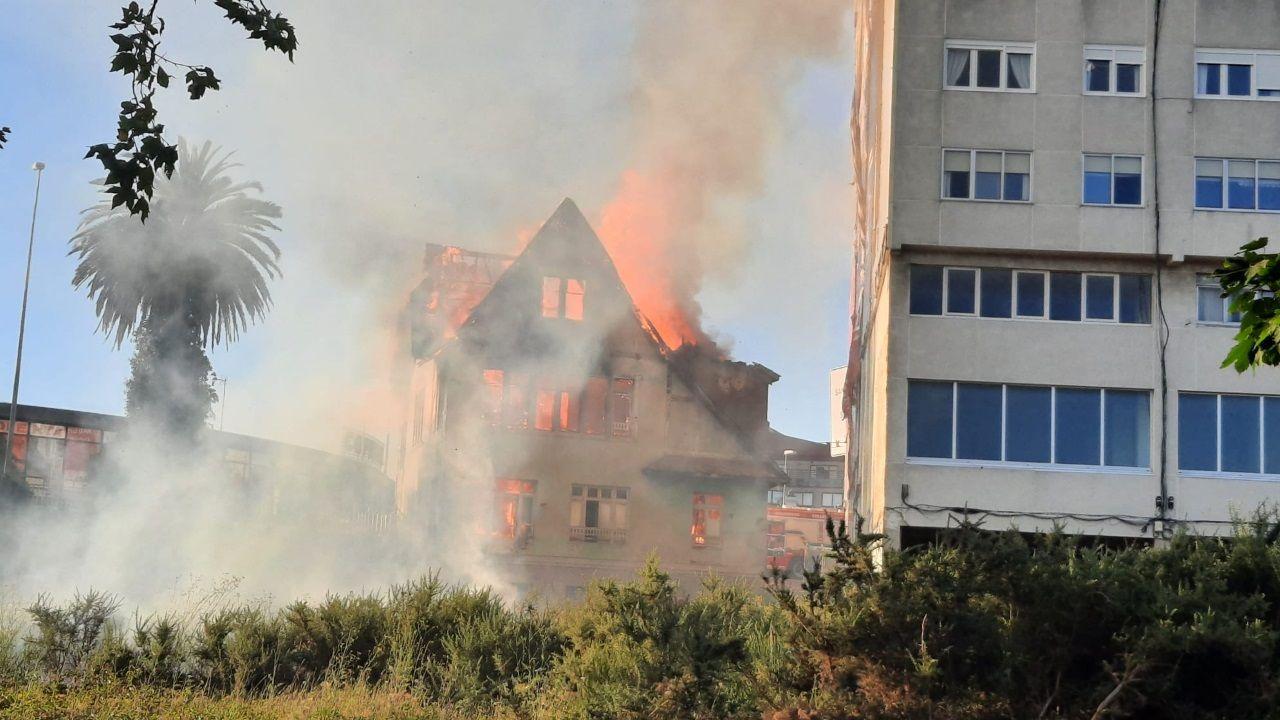 Las llamas devoran una casa histórica en Perillo.Yzquierdo destaca la gran arquitectura nacida con las órdenes mendicantes como Oseira