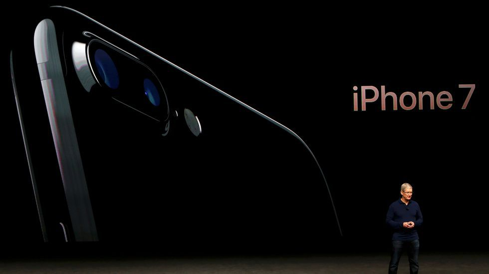 Así esperaron los robots a la salida a la venta del iPhone 7.A la izquierda el iPhone 6s y a la derecha el nuevo iPhone 7