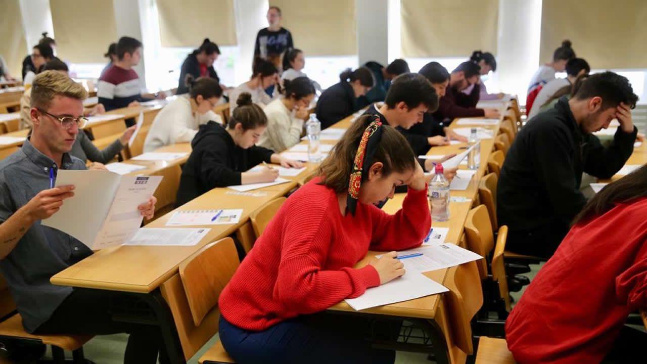 Los estudiantes descansan tras acabar el primer examen de Lingua Castelá e Literatura II