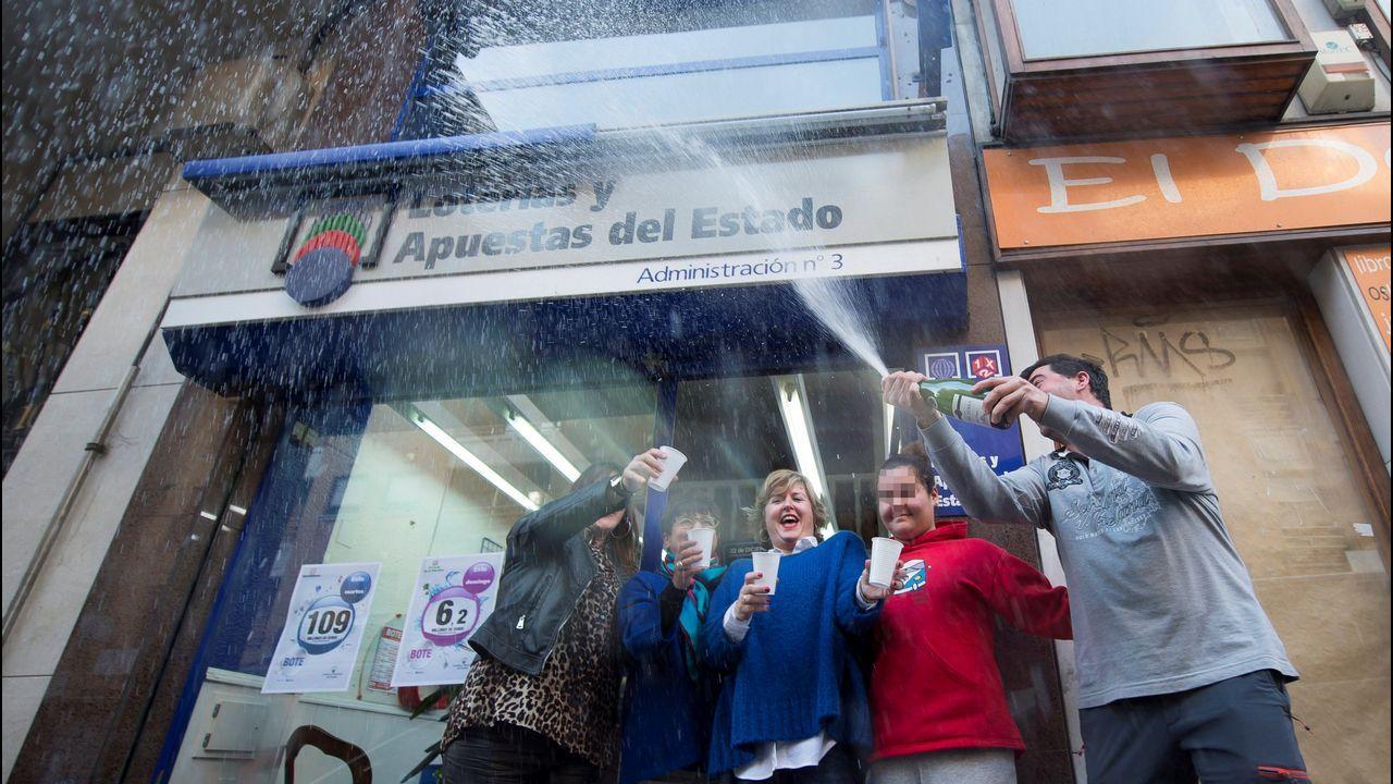 Los dueños de la administración de Loterias y Apuestas del Estado número 3 de Torrelavega, celebran el quinto premio de la Lotería de Navidad que han repartido con el número 29031
