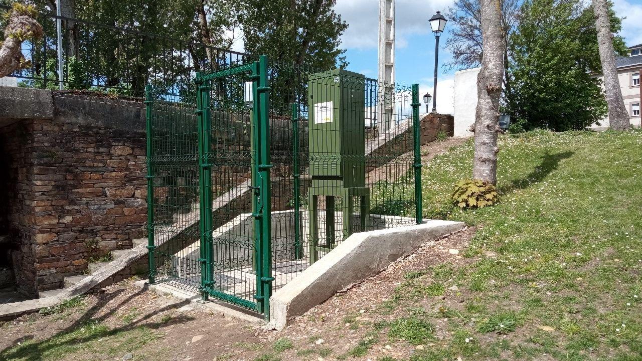 Estación automática de control del caudal instalada en la orilla del río Saa en A Pobra do Brollón