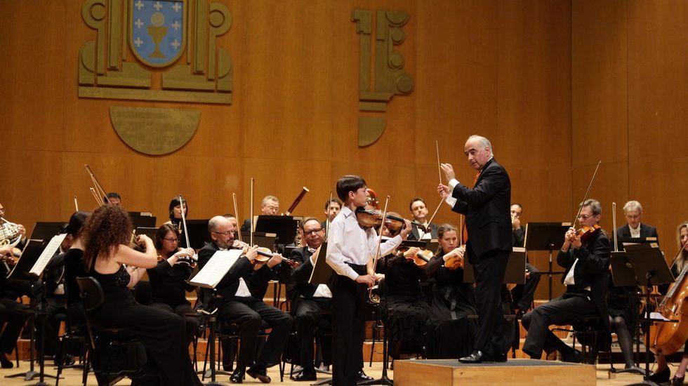 El director de la Real Filharmonía, Paul Daniel, y la directora técnica, Sabela García Fonte, en la presentación del programa 2019-2020, que incluye 22 sesiones de abono y la conmemoración del 250.º aniversario del nacimiento de Beethoven, con la interpretación de 5 de sus 9 sinfonías