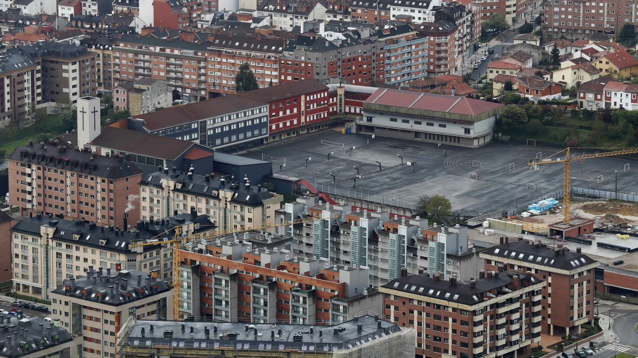 Aspecto que presenta el patio sin alumnos del Colegio Loyola de Oviedo.