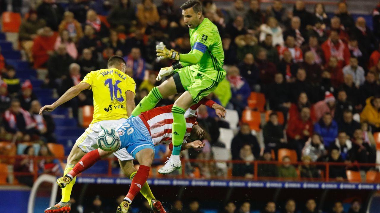 Todos los futbolistas con contrato con el Deportivo.El Hacen celebrando el primer gol del Lugo en Santander