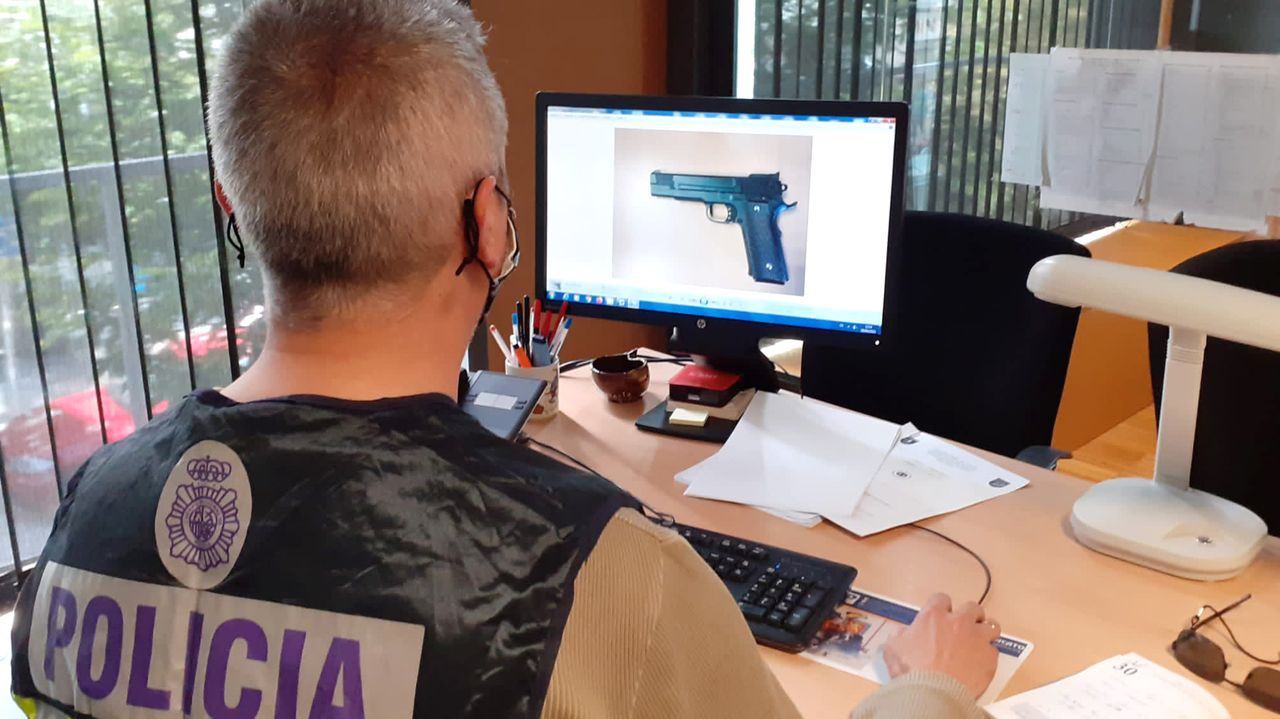 Uno de los responsables de la UDEV revisando un arma utilizada en un crimen en Vigo.