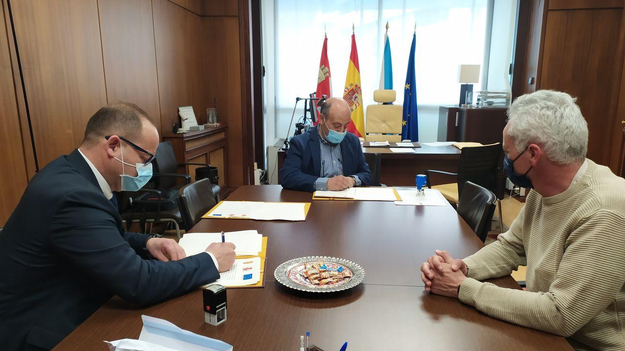 El presidente de la CHMS, José Antonio Quiroga, en la firma del convenio con el alcalde de Maceda, Rubén Quintas