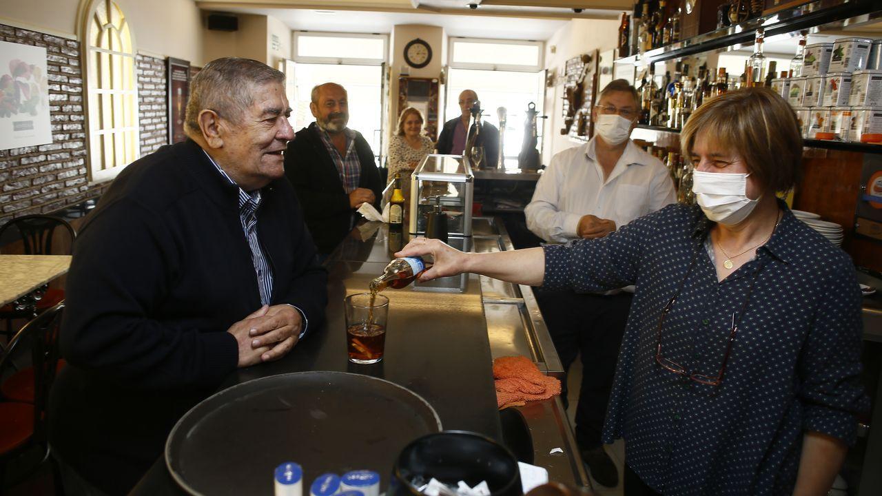 Clientes en la barra del Bar Cantábrico en Viveiro