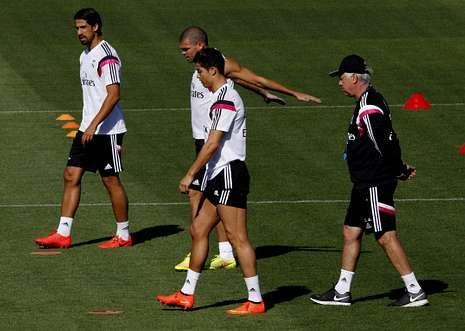 En el primer término de la imagen, Cristiano Ronaldo, con Khedira, Pepe y Carlo Ancelotti.