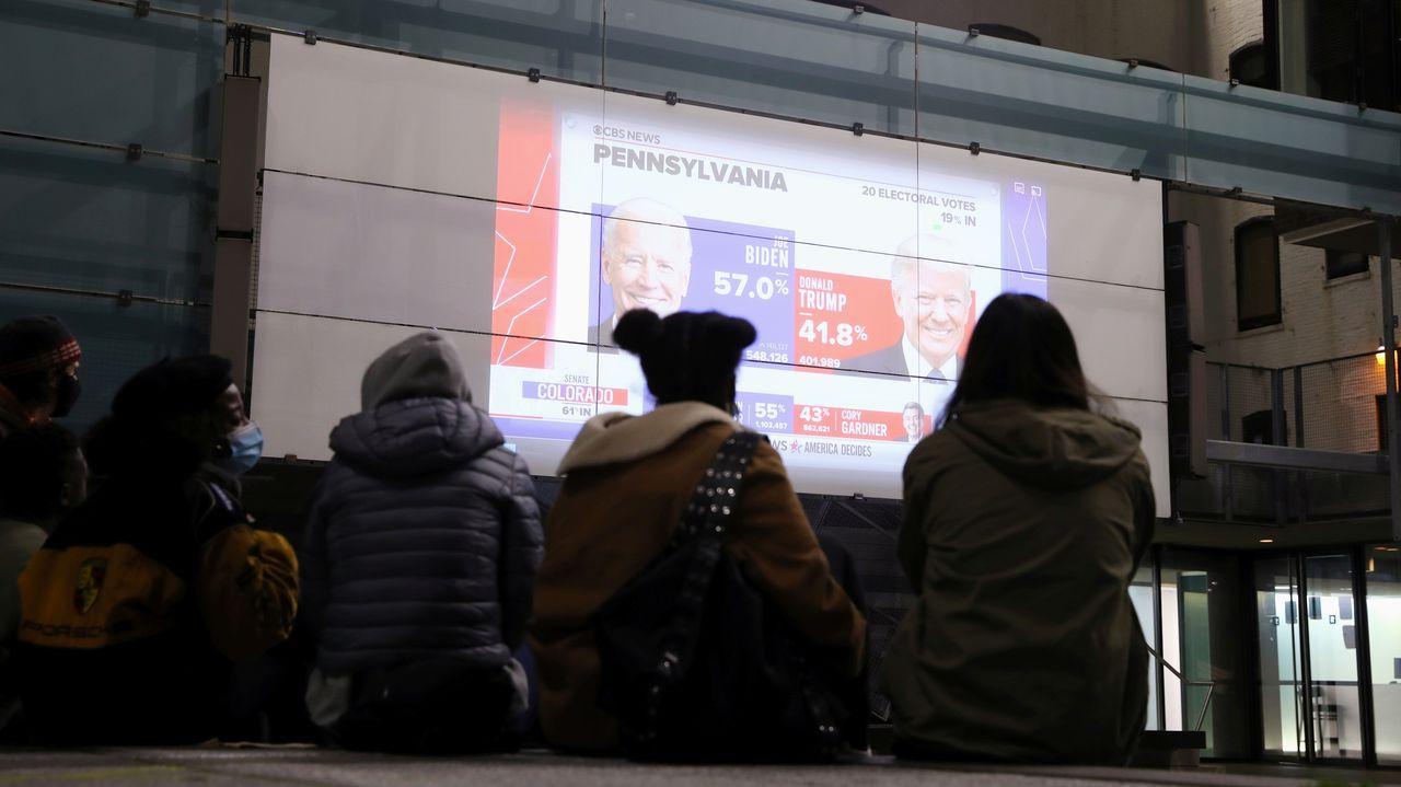Gente mirando en Nueva York la evolución del recuento en uno de los estados claves, Pensilvania