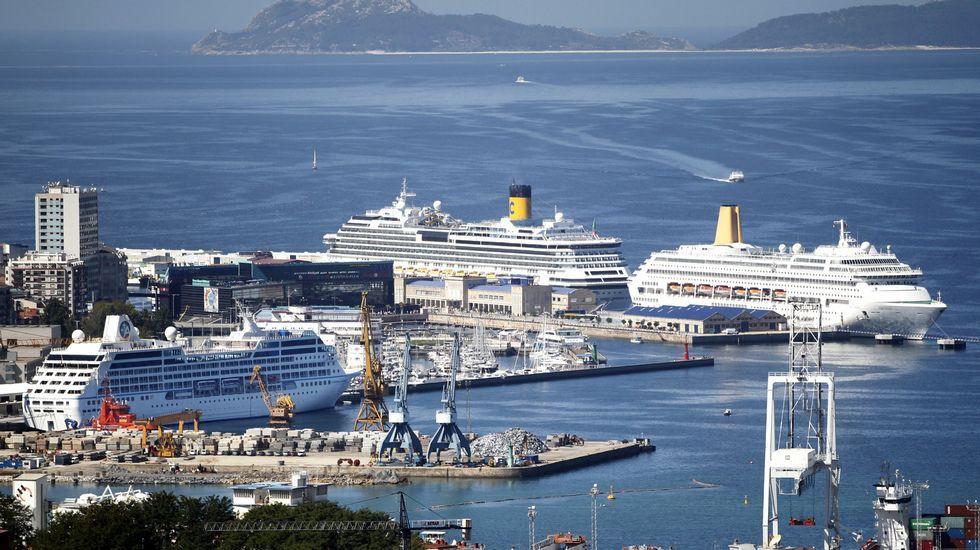 A sus 82 años viaja desde Ferrol para cuidar a su hija hospitalizada en Vigo.Cruceros en el puerto de Vigo