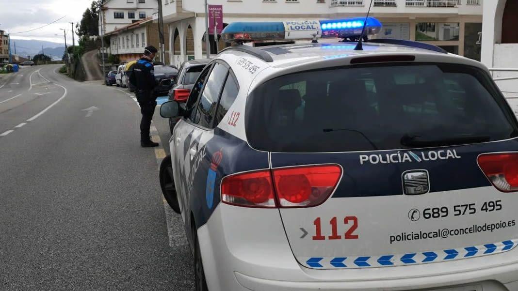 Primer día de mascarilla obligatoria en Galicia en playas y terrazas.Imagen de archivo de una intervención de la policía local de Poio