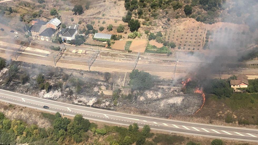 La cosecha de la uva en O Salnés.Vista aérea del incendio de hoy junto al pueblo de Montefurado, difundida desde la cuenta de Twitter de la brigada helitransportada del monte Marroxo