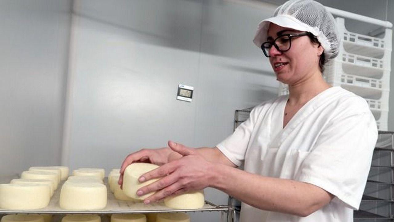María Veiga, trabajando en la quesería, situada en la parroquia de Labrada